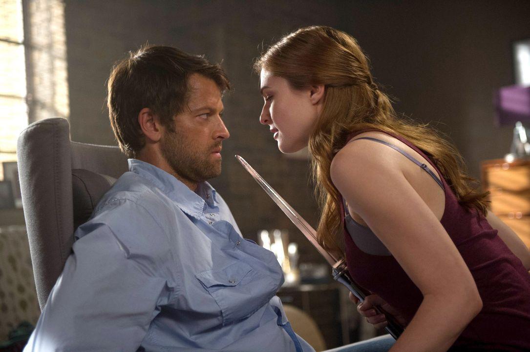 Als Castiel (Misha Collins, l.) auf die charmante April (Shannon Lucio, r.) trifft, ahnt er nicht, wer sie wirklich ist und welche Ziele sie verfolg... - Bildquelle: 2013 Warner Brothers
