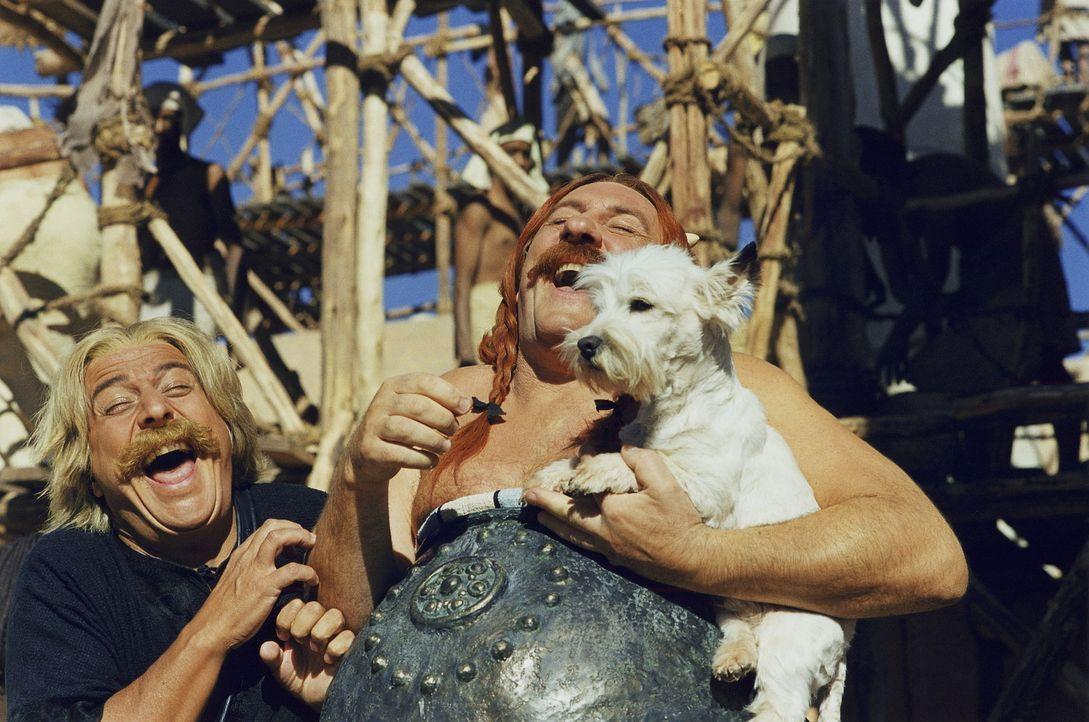 Auch als Bauarbeiter in Ägypten verlieren Asterix (Christian Clavier, l.) und Obelix (Gerald Depardieu, r.) nie ihren gallischen Humor ... - Bildquelle: Tobis StudioCanal