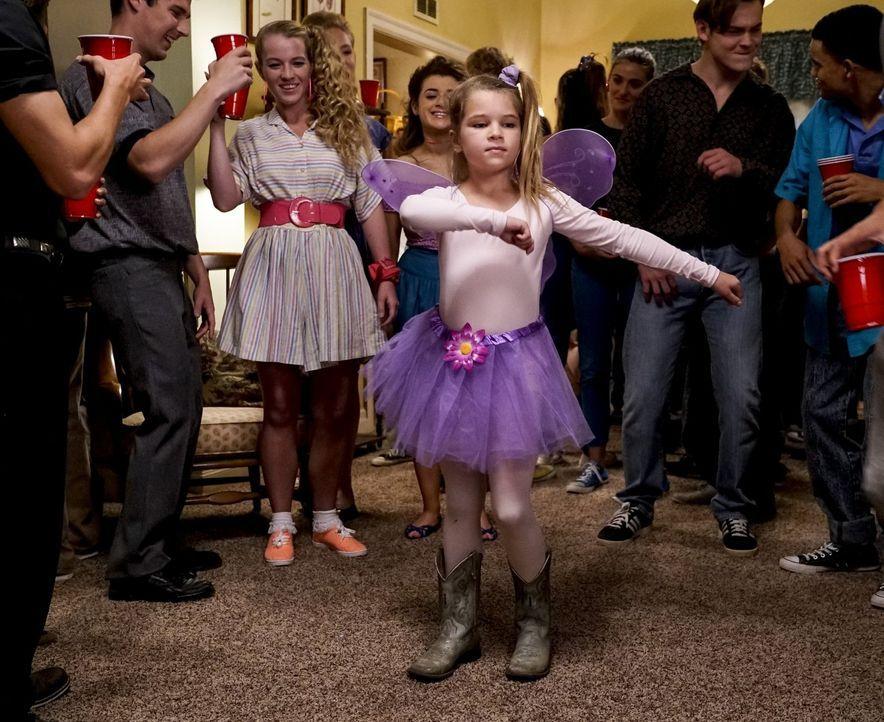 Missy (Raegan Revord, M.) ist begeistert, als sie wegen ihres Bruders Sheldon plötzlich auf eine Party kommt. Unterdessen erlebt Sheldon den Beginn... - Bildquelle: Warner Bros.