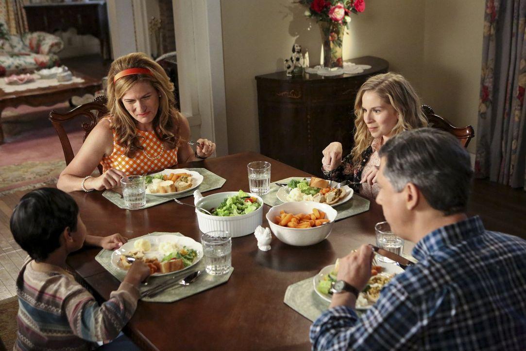 Lisa (Allie Grant, 2.v.r.) kann es nicht fassen: Ihre Eltern Sheila (Ana Gasteyer, 2.v.l.) und Fred (Chris Parnell, r.) holen sich den kleinen Victo... - Bildquelle: Warner Brothers