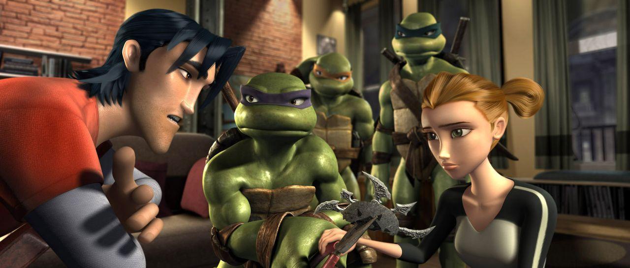 Leonardo (h. r.), Donatello (M.), Raphael (h. l.) und ihre Freunde April O?Neil (v. r.) und Casey Jones (v. l.) wissen nicht, was sie noch machen so... - Bildquelle: TOBIS Filmkunst GmbH