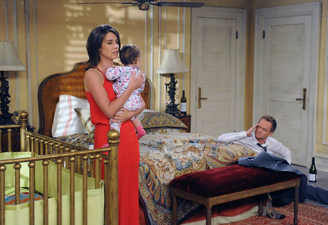 Ein Blick in die Zukunft zeigt Barney (Neil Patrick Harris, r.) gemeinsam mit seiner Frau Robin (Cobie Smulders, r.) und einem fremden Baby in einem... - Bildquelle: 2014 Twentieth Century Fox Film Corporation. All rights reserved.