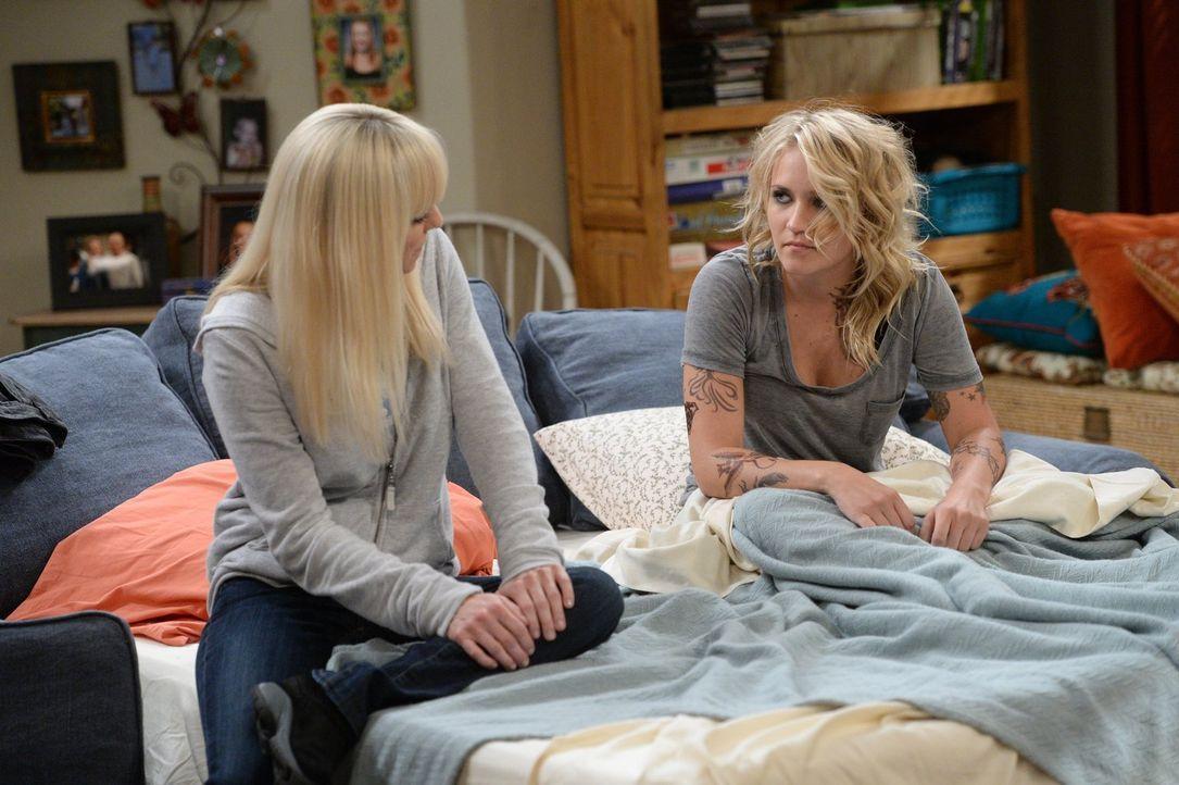 Christy (Anna Faris, l.) und Jodi (Emily Osment, r.) haben einen guten Draht zueinander, so können Christy und ihre Mutter der jungen Jodi helfen, w... - Bildquelle: 2015 Warner Bros. Entertainment, Inc.
