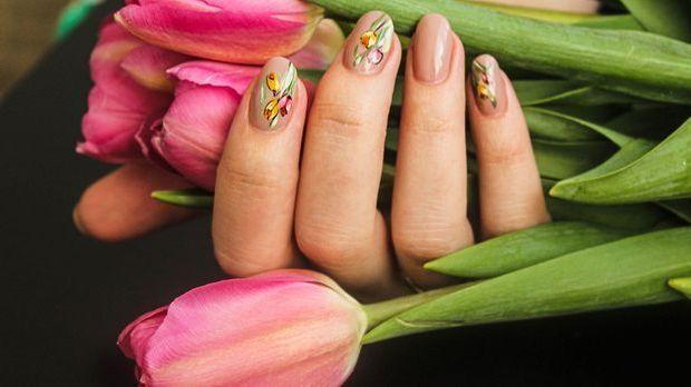 Flower-Power! Wir lieben Blumen und finden Nail Designs und Looks mit kleinen...