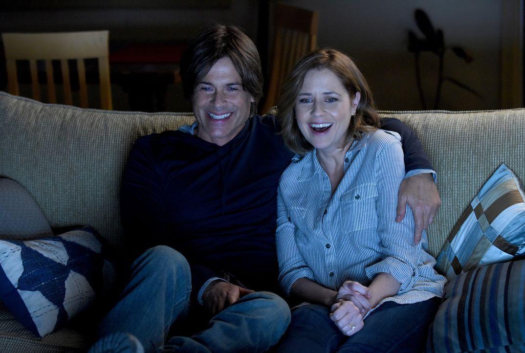 Bevor Dean (Rob Lowe, l.) ein berühmter Schauspieler war, führte er eine Beziehung mit der besitzergreifenden Kelly (Jenna Fischer, r.) und diese hä... - Bildquelle: 2015-2016 Fox and its related entities.  All rights reserved.