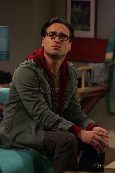 Leonard (Johnny Galecki) ist wenig erfreut, als seine Mutter, die Psychiaterin Dr. Beverly Hofstadter, ihren Besuch bei ihm ankündigt ... - Bildquelle: Warner Bros. Television