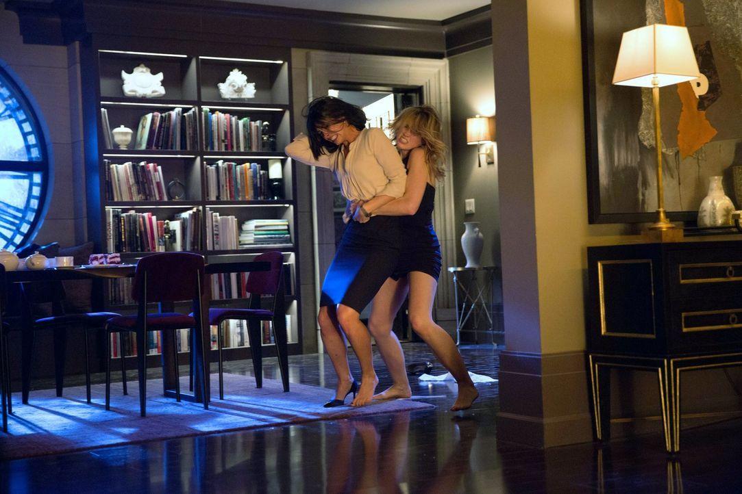 Treffen nach den jüngsten Ereignissen unschön aufeinander: Barbara (Erin Richards, r.) und Leslie Thompkins (Morena Baccarin, l.) ... - Bildquelle: Warner Bros. Entertainment, Inc.