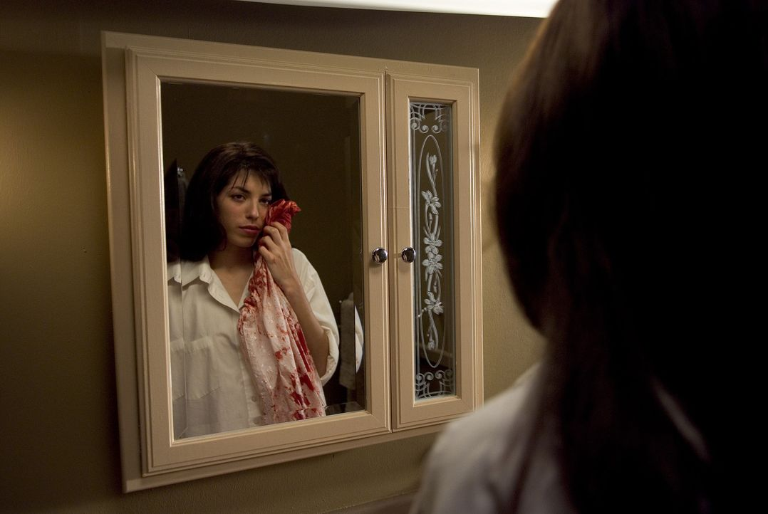 Ist Dr. Lacans wunderschöne, aber labile Assistentin Angelique (Lou Doillon) das erwachsene Ergebnis seiner Experimente an Kindern? - Bildquelle: Sony 2007 CPT Holdings, Inc.  All Rights Reserved.