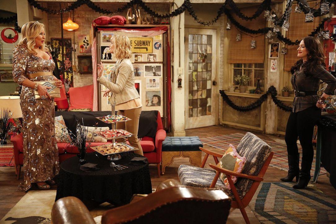 Eine Geiselnahme macht Sophie (Jennifer Coolidge, l.), Caroline (Beth Behrs, M.) und Max (Kat Dennings, r.) einen Strich durch die Rechnung und stel... - Bildquelle: Warner Bros. Television