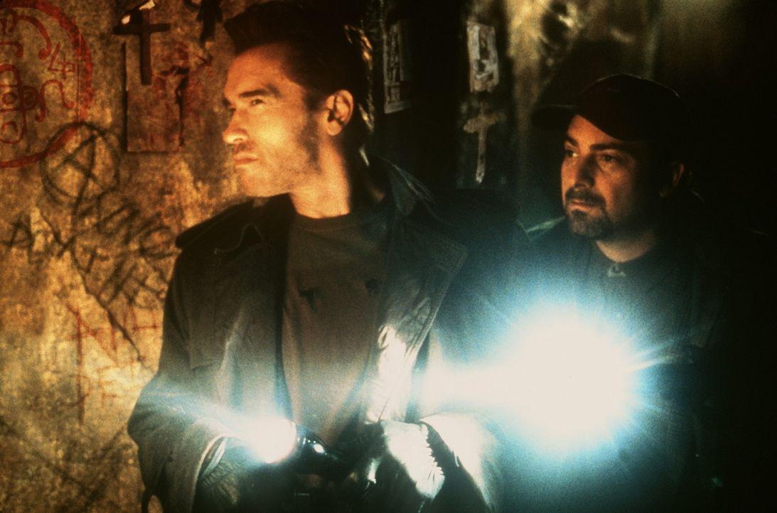 Der Teufel ist immer nur wenige Schritte entfernt: Jericho Cane (Arnold Schwarzenegger, l.) und sein Partner Bobby Chicago (Kevin Pollak, r.) ...