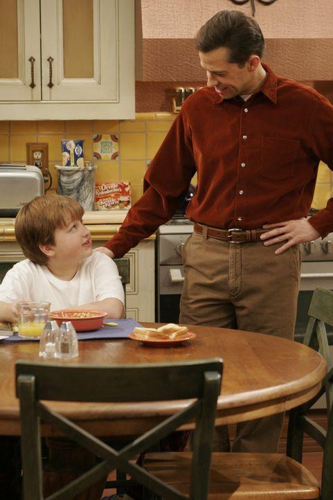 Jake Harper (Angus T. Jones, l.); Alan Harper (Jon Cryer, r.) - Bildquelle: Warner Brothers Entertainment Inc.