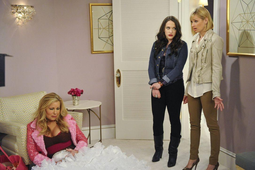 Caroline (Beth Behrs, r.) und Max (Kat Dennings, M.) holen sich die Hilfe einer Gang, um die schrecklichen Brautjungfernkleider loszuwerden und füge... - Bildquelle: Warner Bros. Television