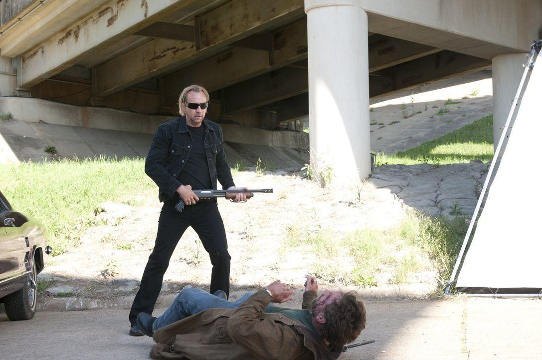 Der flüchtige Kriminelle Milton (Nicolas Cage, hinten) hat seine einzige Tochter verlassen, als diese ein Teenager war, doch jetzt befindet sie sich... - Bildquelle: 2011 Warner Bros. Entertainment INC. All rights reserved.
