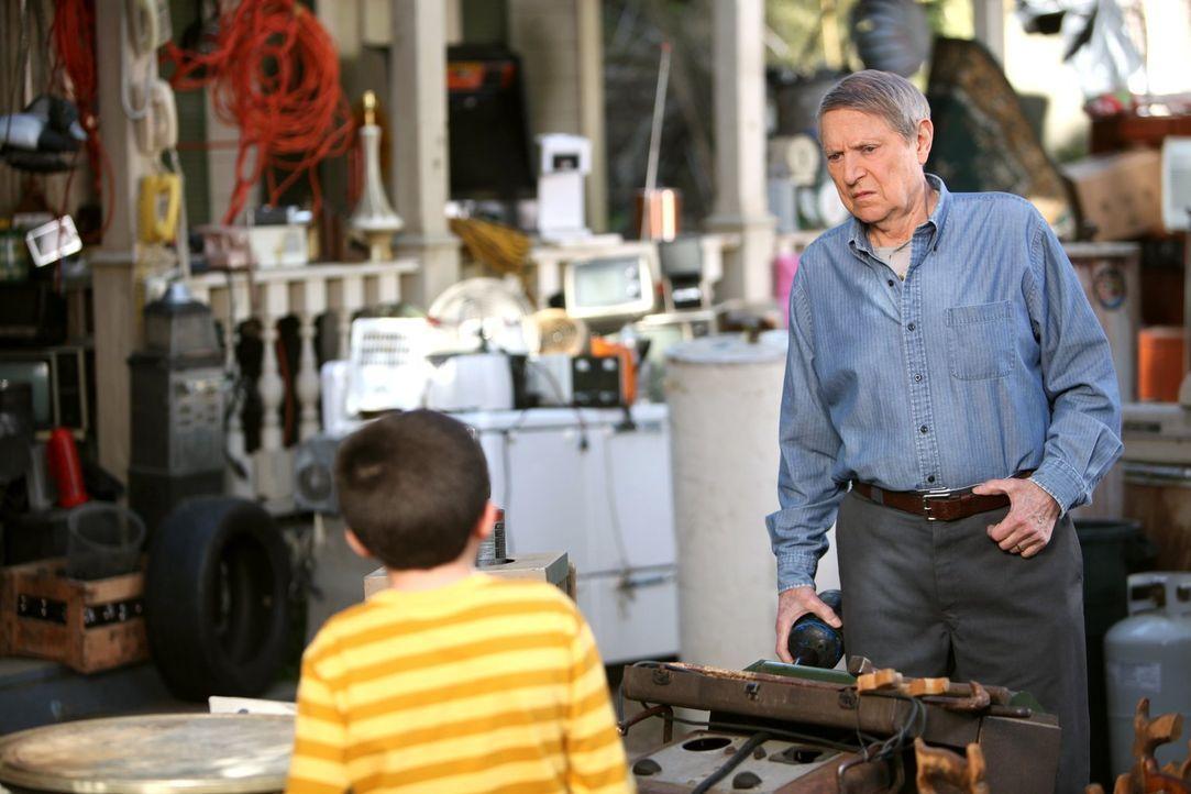 Bricks (Atticus Shaffer, l.) Großvater Big Mike (John Cullum, r.) traut seinen Augen nicht, als er sieht, wie sanft sein Sohn Mike seinen Enkel beha... - Bildquelle: Warner Brothers