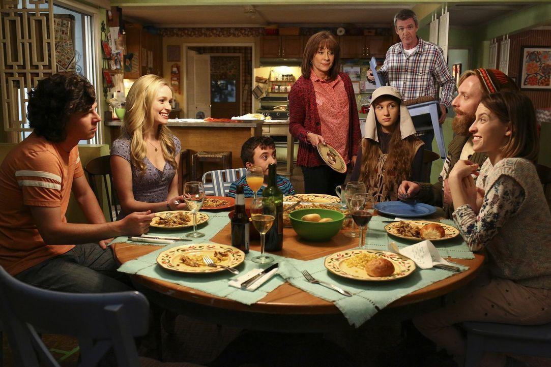 Ein besonderes Familienessen wartet auf (v.l.n.r.) Axl (Charlie McDermott), seine Freundin April (Greer Grammer), Brick (Atticus Shaffer), Frankie (... - Bildquelle: Warner Bros.