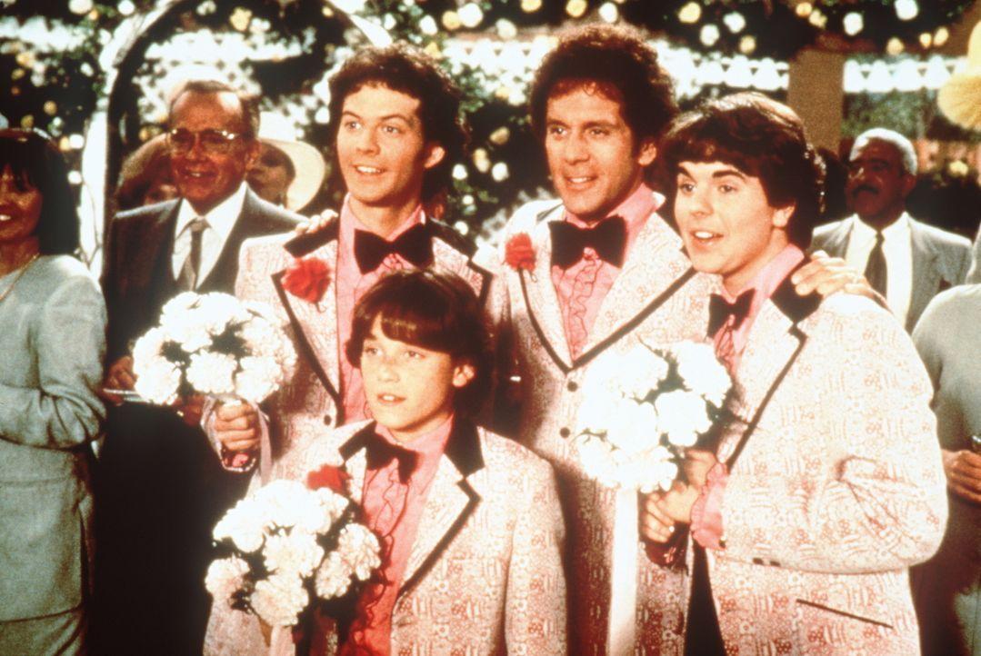 Greg (Christopher Daniel Barnes, l.), Bobby (Jesse Lee, 2.v.l.), Daddy Mike (Gary Cole, 2.v.r.) und Peter (Paul Sutera, r.) wollen die weiblichen Br... - Bildquelle: Paramount Pictures