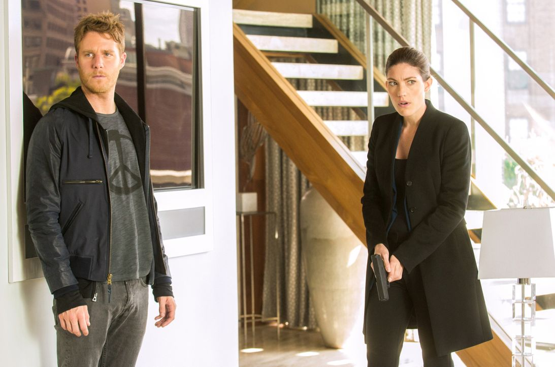 Als Naz unter dem Verdacht steht Terrorismus zu unterstützen und festgenommen wird, versuchen Brian (Jake McDorman, l.) und Rebecca (Jennifer Carpen... - Bildquelle: Jeff Neira 2015 CBS Broadcasting, Inc. All Rights Reserved