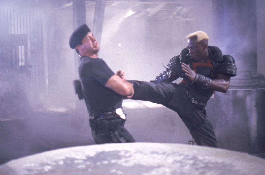 Nach einem letzten Duell werden der Cop John Spartan (Sylvester Stallone, l.) und sein Widersacher Simon Phoenix (Wesley Snipes, r.) eingefroren. Er... - Bildquelle: Warner Brothers International Television Distribution Inc.