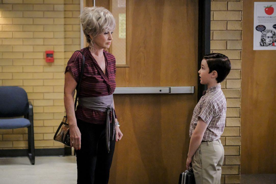 Meemaw (Annie Potts, l.); Sheldon (Iain Armitage, r.) - Bildquelle: Warner Bros.