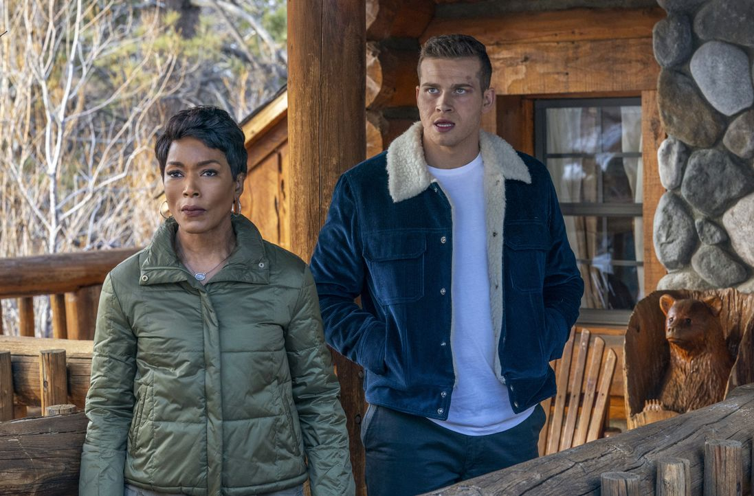 "Athena Grant (Angela Bassett, l.); Evan ""Buck"" Buckley (Oliver Stark, r.) - Bildquelle: Jack Zeman 2018-2019 Twentieth Century Fox Film Corporation.  All rights reserved. / Jack Zeman"