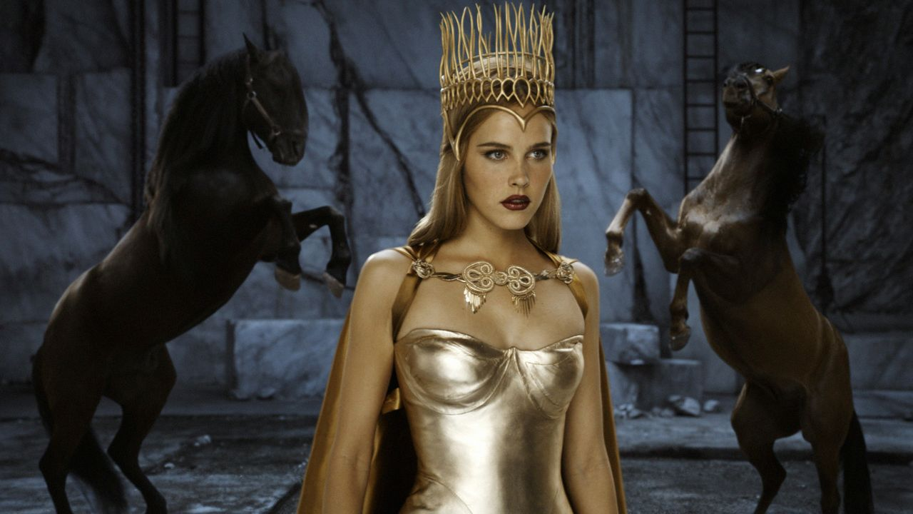 Auch sie versucht, Theseus in seinem Kampf beizustehen: die wunderschöne Göttin Athena (Isabel Lucas) ... - Bildquelle: Constantin Film Verleih GmbH