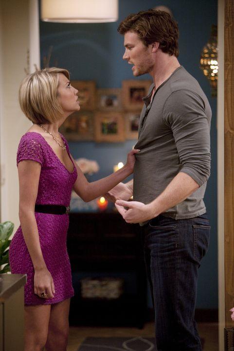 Danny (Derek Theler, r.) ist eifersüchtig, als Riley (Chelsea Kane, l.) mit einem Kommilitonen anbandelt ... - Bildquelle: Randy Holmes ABC Family