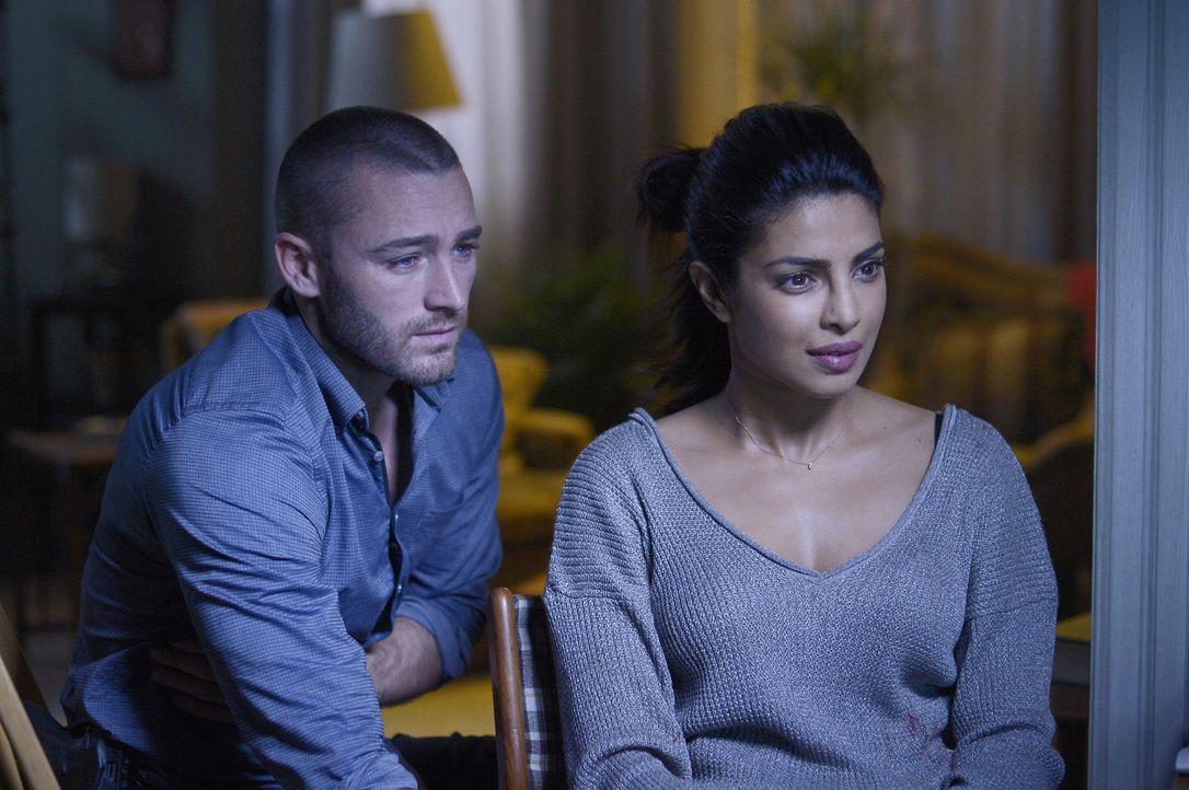 Das FBI ist ihnen dicht auf den Fersen. Für Alex (Priyanka Chopra, r.) und Ryan (Jake McLaughlin, l.) beginnt ein Wettlauf gegen die Zeit ... - Bildquelle: Philippe Bosse 2015 ABC Studios