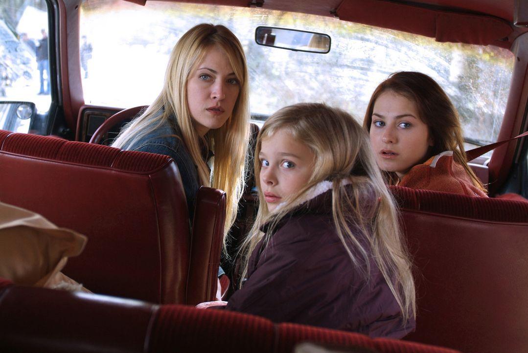 Nach dem Tod ihres Mannes zieht Karen Tunney (Lori Heuring, l.) mit ihren zwei Töchtern Sarah (Scout Taylor-Compton, r.) und Emma (Chloe Moretz, M.... - Bildquelle: Nu Image Films