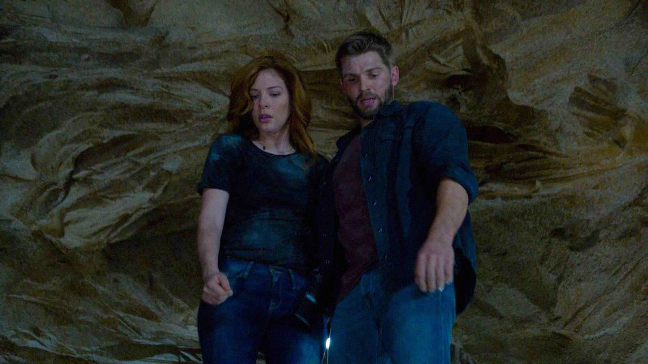 Noch ahnen Julia (Rachelle LeFevre, l.) und Barbie (Mike Vogel, r.) nicht, welche Gefahren der geheimnisvolle Tunnel birgt ... - Bildquelle: 2014 CBS Broadcasting Inc. All Rights Reserved.