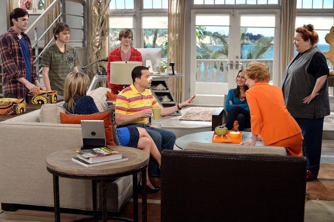 Nachdem Alan (Jon Cryer, 4.v.r.) aus dem Krankenhaus zurückkehrt, wird er von Walden (Ashton Kutcher, l.), Evelyn (Holland Taylor, 2.v.r.), Berta (C... - Bildquelle: Warner Brothers Entertainment Inc.