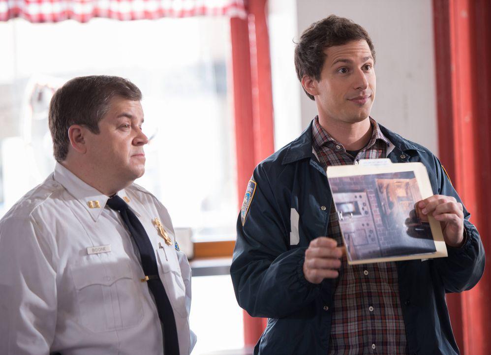 Boone (Patton Oswalt, l.); Jake Peralta (Andy Samberg, r.) - Bildquelle: Eddy Chen 2013 NBC Studios LLC. All Rights Reserved. / Eddy Chen