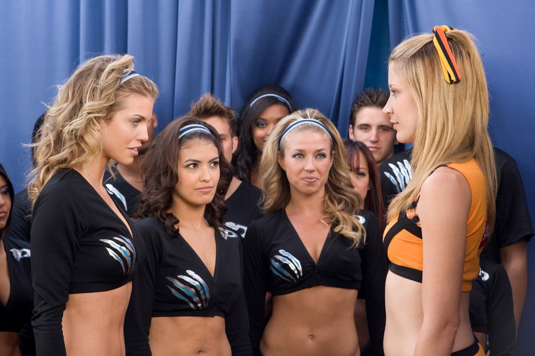 Werden wohl keine Freundinnen mehr. die beiden konkurrierenden Cheerleaderinnen Carly (Sarah Roemer, r.) und Gwyneth (AnnaLynne McCord, l.) ... - Bildquelle: 2009 Screen Gems, Inc. All Rights Reserved.