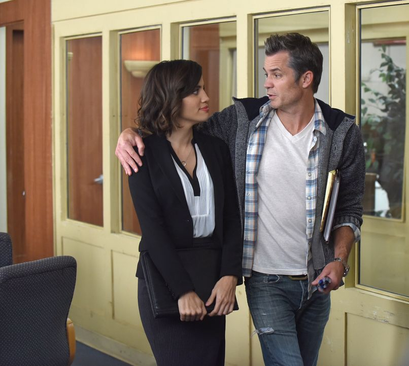 Claire (Natalie Morales, l.) und Stewart schließen sich zusammen, um die beiden TV-Anwälten aufeinander loszulassen. Wie wird Timothy (Timothy Olyph... - Bildquelle: 2015-2016 Fox and its related entities.  All rights reserved.