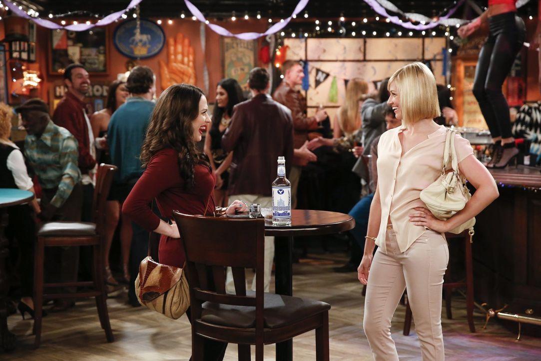 Noch freuen sich Caroline (Beth Behrs, r.) und Max (Kat Dennings, l.) auf die neue Filialeröffnung und die Hochzeit ihrer Freunde ... - Bildquelle: Warner Bros. Television