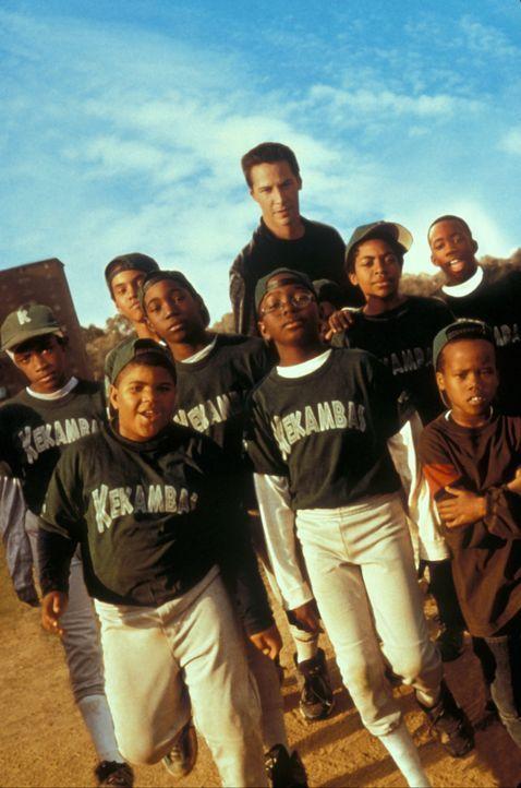 Mit der Zeit wächst Conor (Keanu Reeves, M.) das seltsame Team so sehr ans Herz, dass ihm die Arbeit sogar Freude bereitet ... - Bildquelle: Paramount Pictures