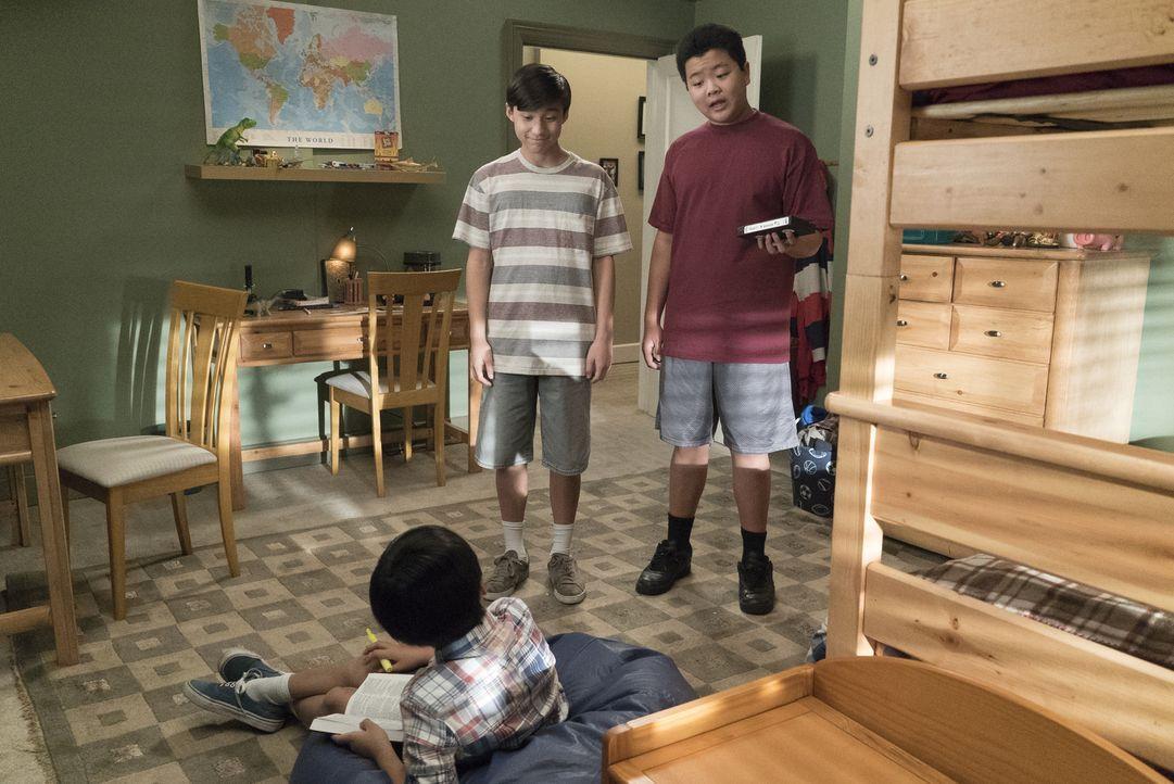 Emery (Forrest Wheeler, l.) und Eddie (Hudson Yang, r.) spielen ihrem kleinen Bruder Evan (Ian Chen, vorne) einen gemeinen Streich ... - Bildquelle: 2017-2018 American Broadcasting Companies. All rights reserved.