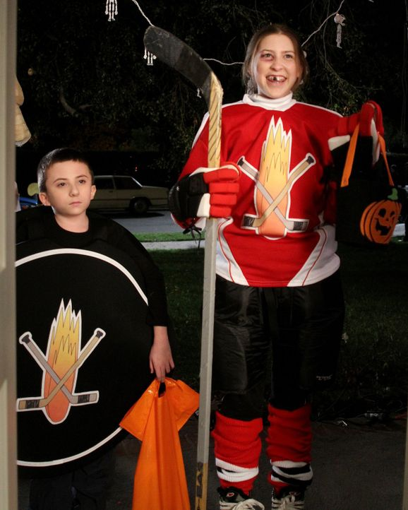 Sue (Eden Sher, r.) und Brick (Atticus Shaffer, l.) können mit super individuellen Halloweenkostümen überzeugen ... - Bildquelle: Warner Brothers