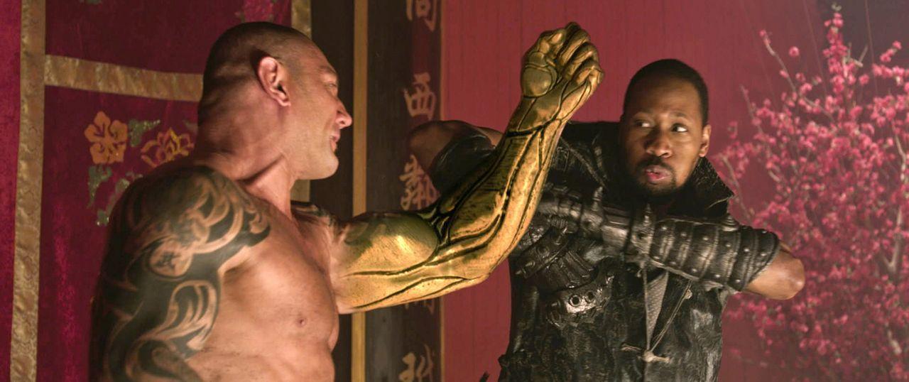 Eigentlich hat der Schmied (RZA, r.) keine große Chance gegen Brass Body (David Bautista, l.), bis ihm die Chi-Punkte des Körpers einfallen ... - Bildquelle: Universal Pictures