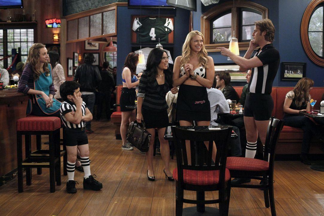 Finden die neue Arbeitskleidung nicht sehr angenehm: Dee Dee (Lauren Lapkus, l.), Todd (Mark Povinelli, 2.v.l.), Olivia (Ali Wong, M.), Chelsea (Lau... - Bildquelle: Warner Brothers