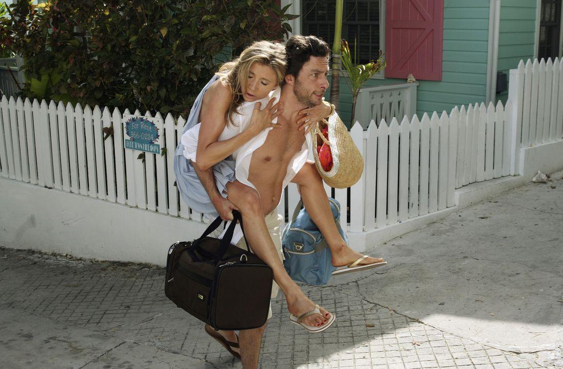 Da Elliot (Sarah Chalke, l.) seit drei Tagen nichts mehr gegessen hat, um eine gute Bikinifigur auf den Bahamas zu haben, ist sie zu erschöpft, um... - Bildquelle: Touchstone Television