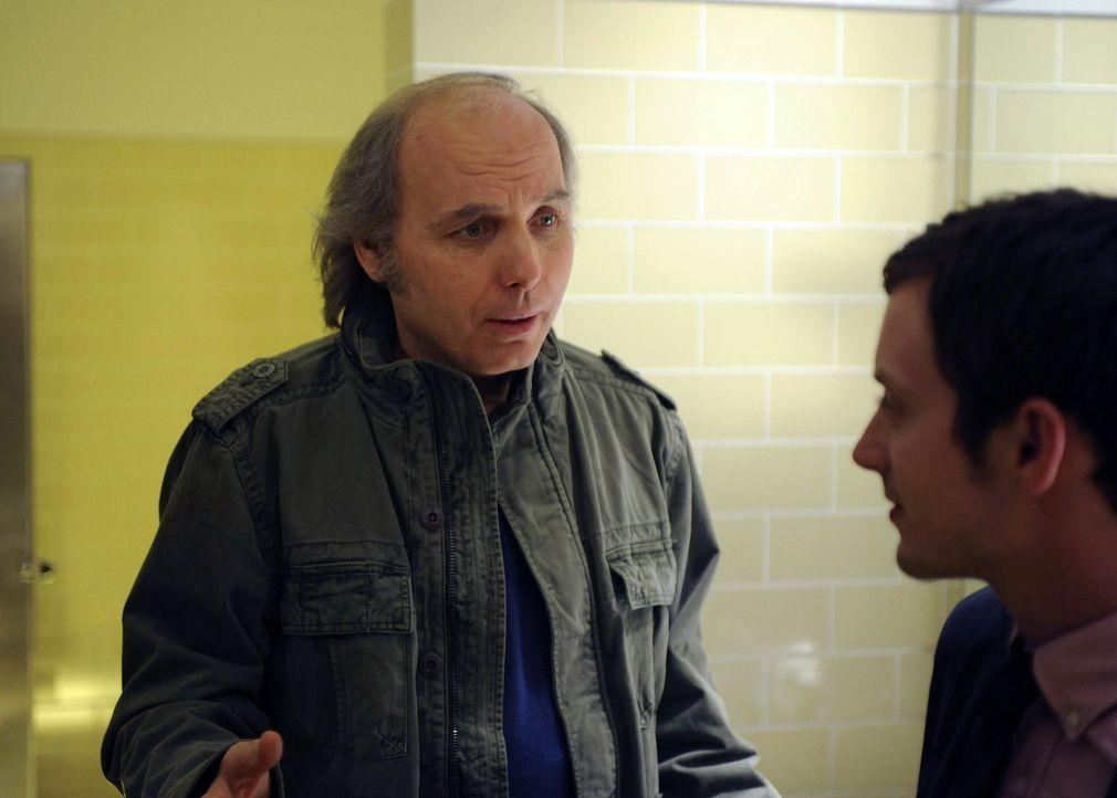 Bruce (Dwight Yoakam, l.) rät Ryan (Elijah Wood, r.), Wilfred aus seinem Lebensumfeld zu entfernen ... - Bildquelle: 2011 FX Networks, LLC. All rights reserved.