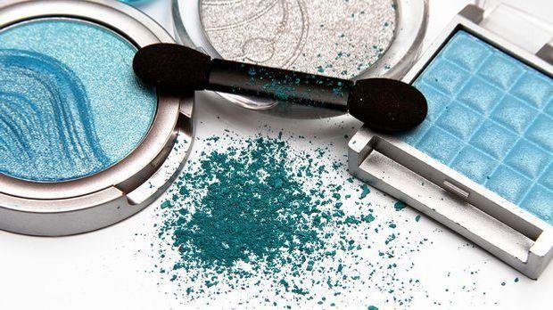 Die Beauty-Nostalgie – hier erfährst du die Hacks über blauen Lidschatten und...