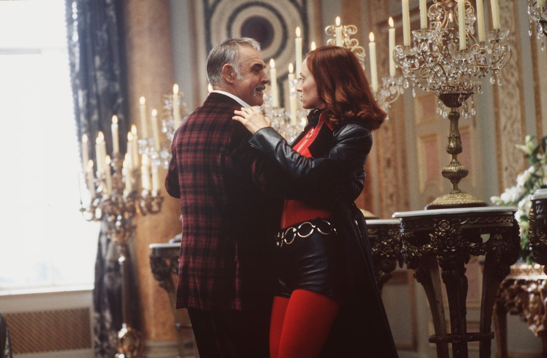 Wieder einmal muss Emma Peel (Uma Thurman) mit viel Charme einem teuflischen Bösewicht (Sean Connery, l.) das Handwerk legen ... - Bildquelle: Warner Brothers International Television Distribution Inc.