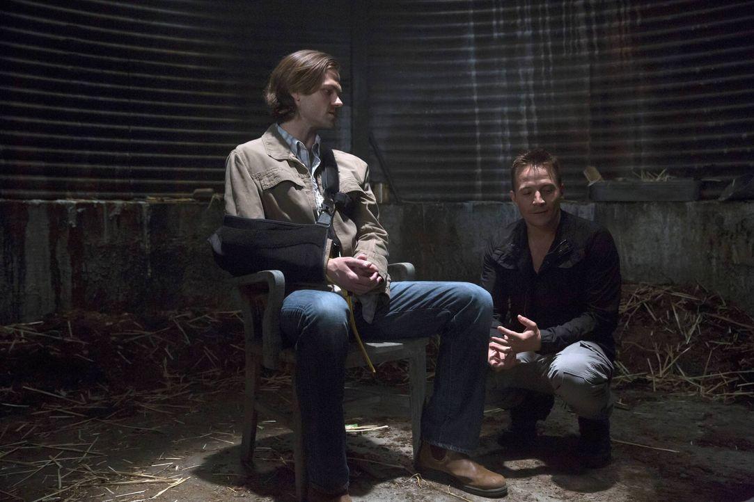 Sam (Jared Padalecki, l.) setzt alles daran, seinen Bruder wiederzufinden. Doch während Castiel mit eigenen Problemen zu kämpfen hat, gerät Sam bei... - Bildquelle: 2016 Warner Brothers