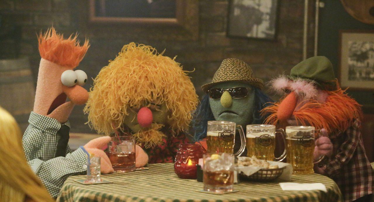 Erleben einen legendäre Nacht, als sie in Rowl's Tavern auf Ed Helms treffen: Beaker (l.), Lips (2.v.l.), Zoot (2.v.r.) und Sgt. Floyd Pepper (r.) .... - Bildquelle: Nicole Wilder ABC Studios