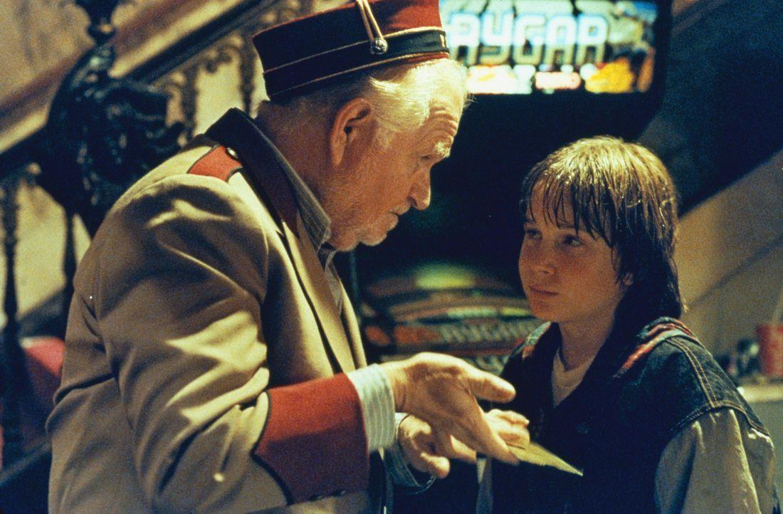 Als der elfjährige Danny Madigan (Austin O`Brien, r.) eine magische Eintrittskarte für einen Action-Film erhält, kann er es erst gar nicht glaube... - Bildquelle: 1993 Columbia Pictures Industries, Inc. All Rights Reserved.