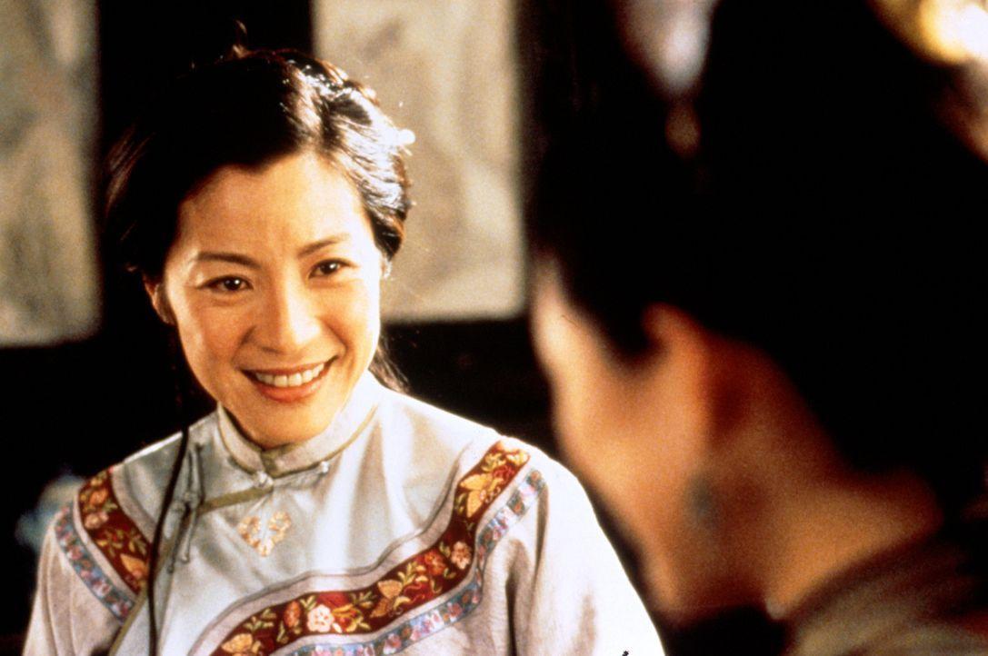 """Yu Shu Lien (Michelle Yeoh, l.) wird gebeten, Li Mu Bais Jade-Schwert """"Grünes Schicksal"""" Sir Te zur Aufbewahrung zu überbringen. Doch dann wird ih... - Bildquelle: ARTHAUS Filmverleih"""