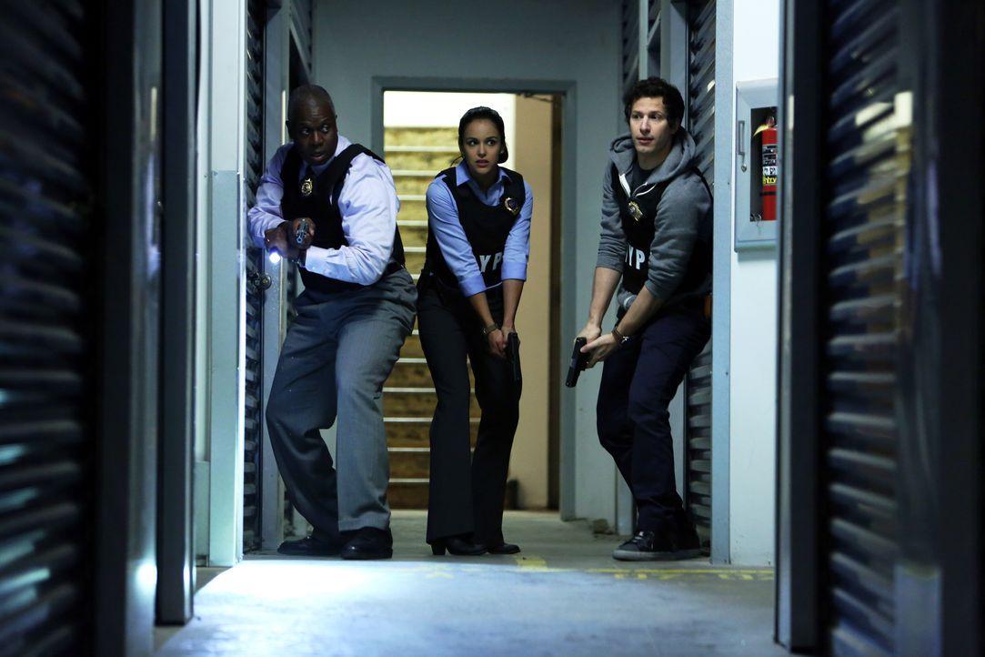 (v.l.n.r.) Captain Ray Holt (Andre Braugher); Amy Santiago (Melissa Fumero); Jake Peralta (Andy Samberg) - Bildquelle: Beth Dubber 2013 NBC Studios LLC. All Rights Reserved. / Beth Dubber