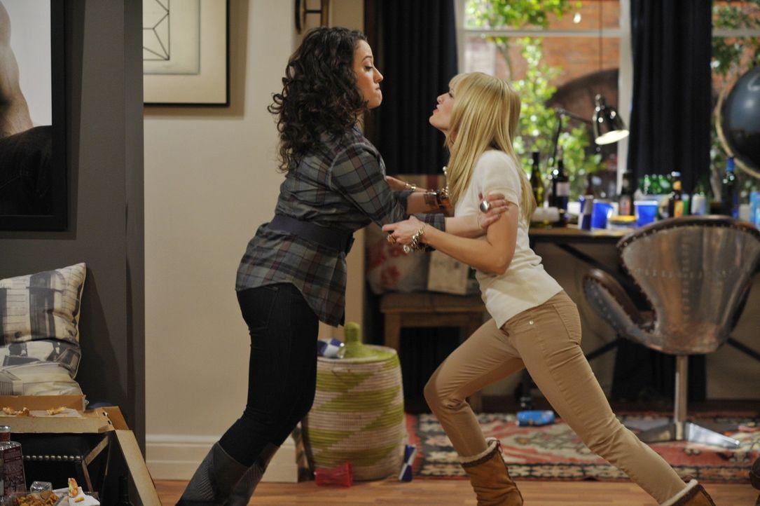 Streitereien um Nichts: Caroline (Beth Behrs, r.) und Max (Kat Dennings, l.) zoffen sich wegen Kleinigkeiten. Ihre neue Arbeitgeberin Sophie ist der... - Bildquelle: Warner Brothers