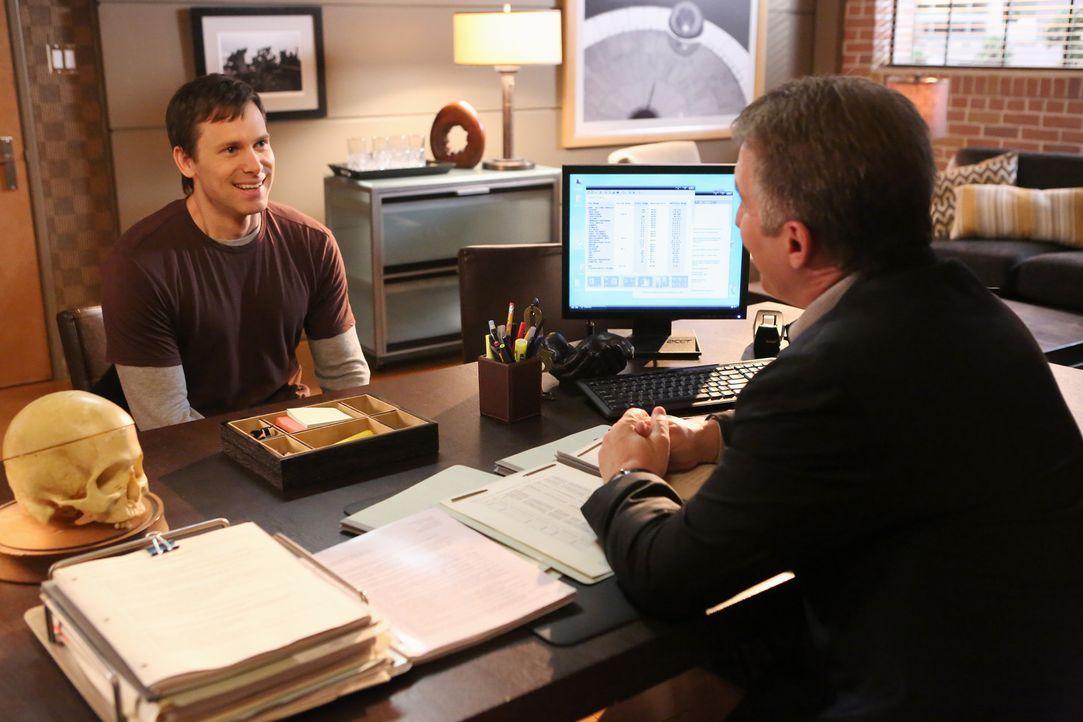 Bei Sheldon (Brian Benben, r.) verdichtet sich die Vermutung, dass Nick (Carter MacIntyre, l.) Sarah entführt hat und bei sich zu Hause gefangen h - Bildquelle: ABC Studios